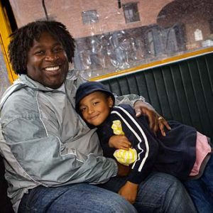 Far och son i Liverpool, Porträtt i miljö Foto: Kjell Fredriksson