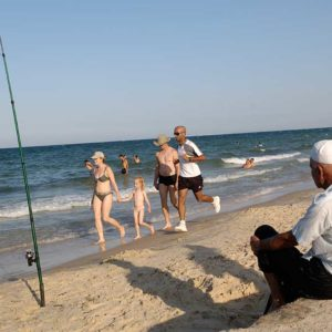 Kulturkrock på strand i Hammamet, Tunisien Foto: Kjell Fredriksson